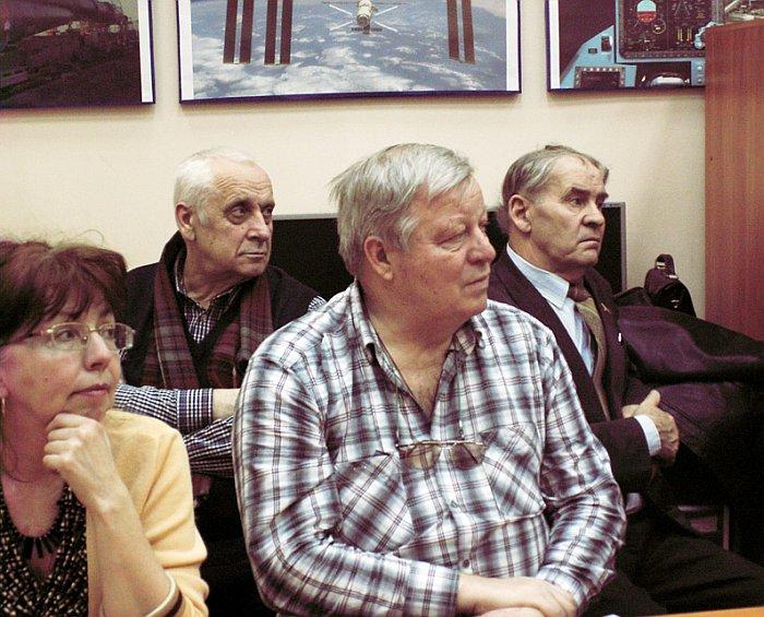 Члены Секции (слева-направо: М.К. Кротова, В.Ф. Шведов, О.А. Серов, В.В. Король) внимательно слушают нашего московского гостя М.В. Листова.
