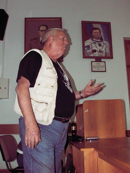 Якоб Тервей выступает с трибуны легендарной аудитории 318 БГТУ (Военмеха), чьи стены видели много знаменитых людей космоса. Фото В.В. Лебедева.
