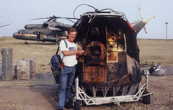 Я. Тервей у СА КК ''Союз ТМ-9'', приземлившегося в казахстанской степи 9 августа 1990 г. Из архива Я. Тервея