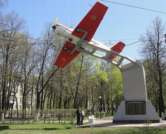 Новый авиационный памятник в Ульяновске: Як-52 на постаменте. Фото В.И. Будкевича