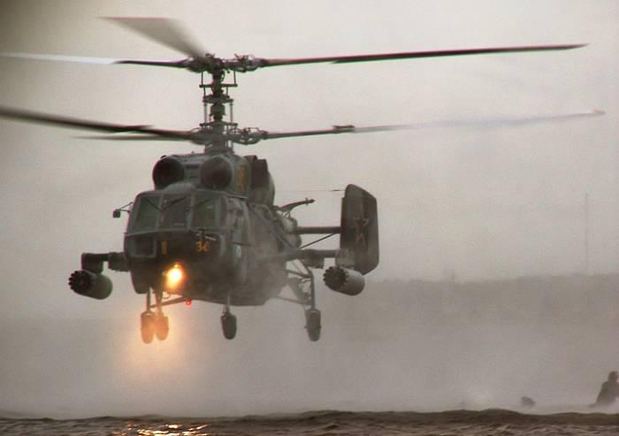 Вертолёт огневой поддержки Балтийского флота ВМС России Ка-29 перед сбросом десанта.