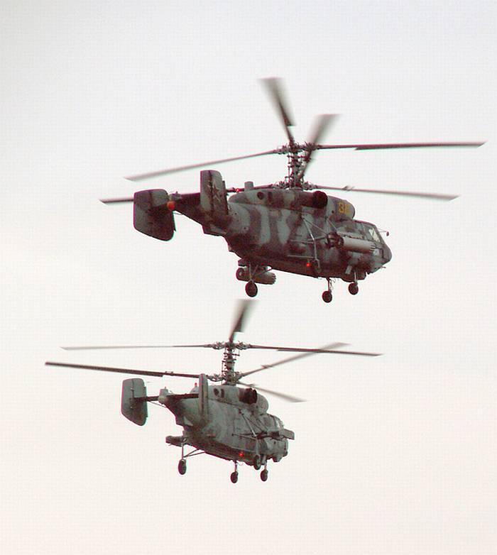 Десантные и огневой поддержки вертолёты Камова Ка-27 и Ка-29 уходят после сброса десанта на корабли базирования.