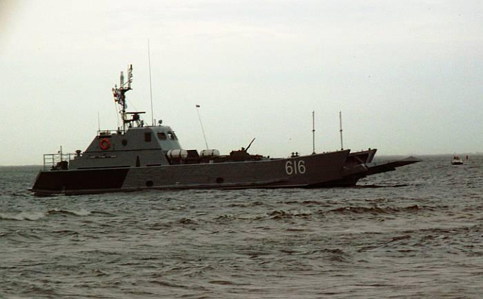 """Транспортно-десантный корабль типа """"Серна"""" (пр.11770) Балтийского флота ВМС России перед высадкой техники на берег."""