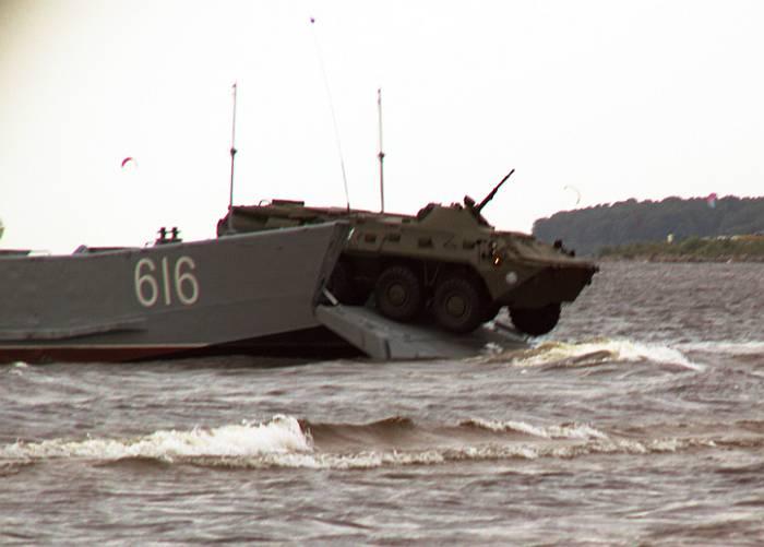 Десантирование в воду БТР-80 морской пехоты Балтийского флота