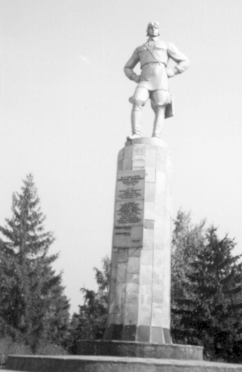 Памятник Григорию Яковлевичу Бахчиванджи на площади Героев, рядом с музеем и школой имени героя