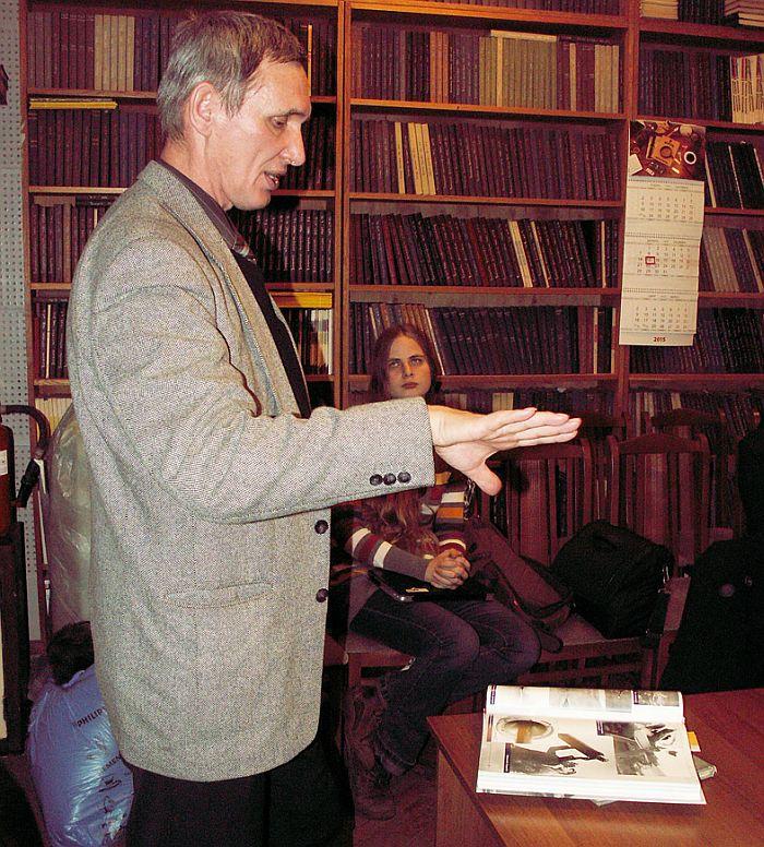 В.Н. Выборжанин рассказывает о полётах в 392 ОДРАП'е. Фото В.В. Лебедева.