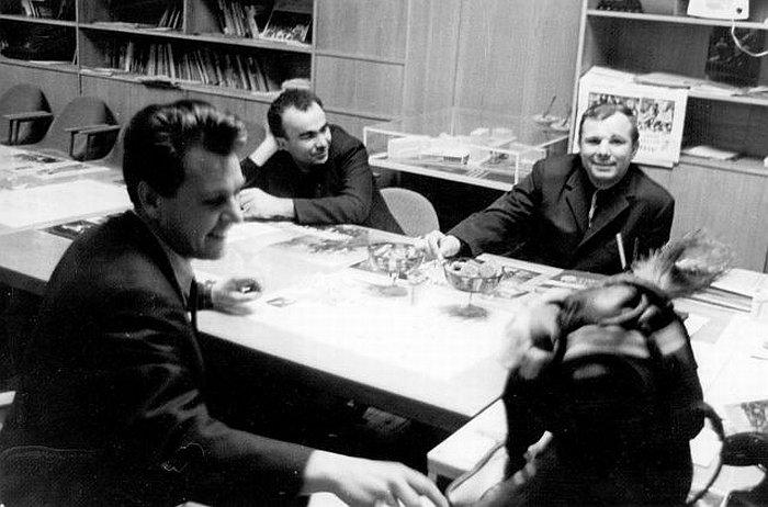 Ю.А. Гагарин в издательстве ''Молодая гвардия'' для подписания в печать книги ''Психология и космос'', 25.3.1968 г.