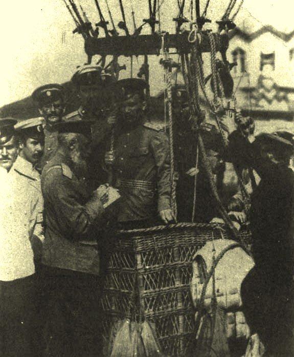 Подготовка воздушного шара к полету. Фото из архива семьи Кованько.