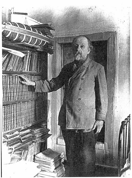 К.Э. Циолковский у своей библиотеки