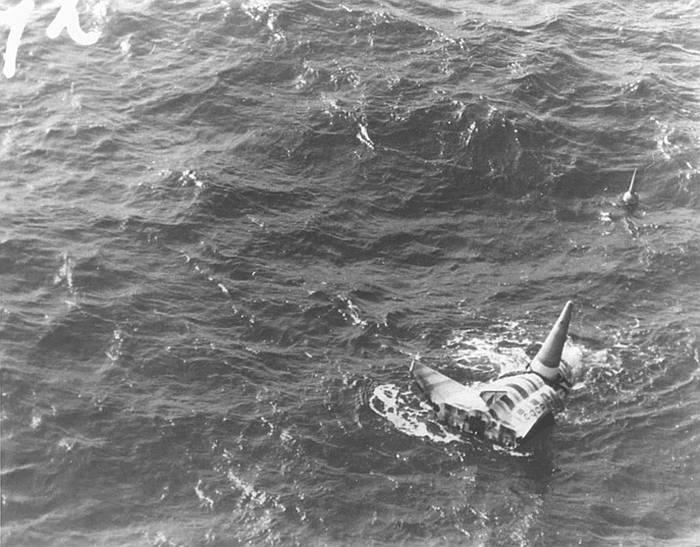 Приводнившийся КА БОР-4 перед подъёмом на борт корабля. Из личного архива В.В. Лебедева