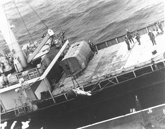 Этапы подъёма КА БОР-4 на борт корабля. Из личного архива В.В. Лебедева