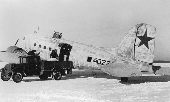Разгрузка гражданского ПС-84, ставшего военно-транспортным самолётом Ли-2