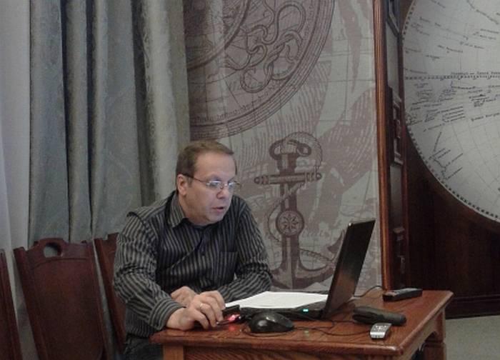 В.В. Лебедев делает доклад.