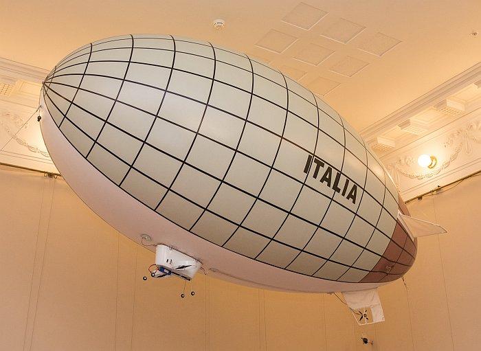 Радиоуправляемая модель, олицетворяющая дирижабль ''Италия''. Фото В.Ю. Замятина.