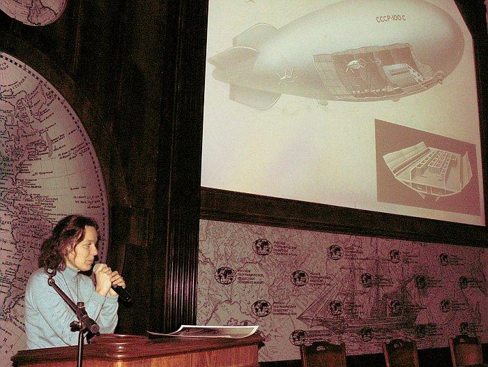 М.А. Емелина рассказала о коллекции картин дирижаблей ленинградских конструкторов. Фото В.В. Лебедева.