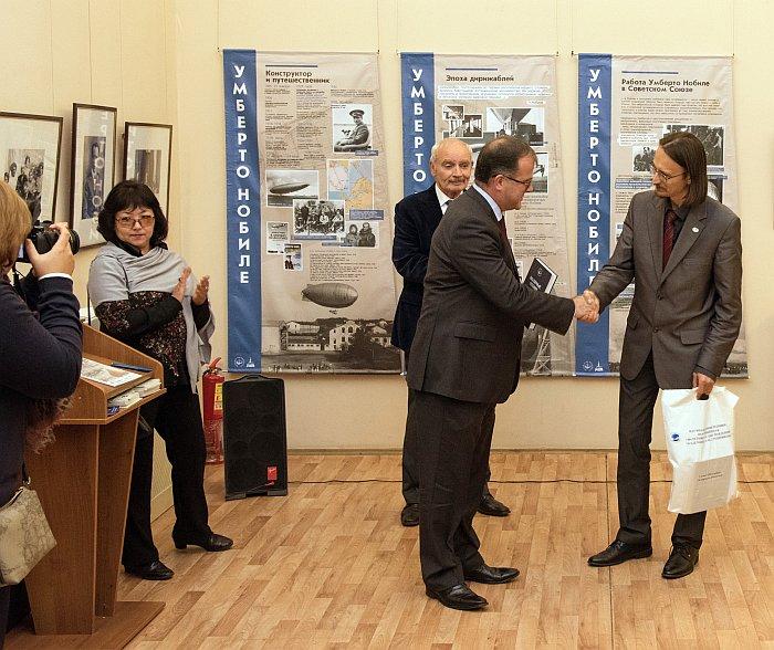 Вручение памятных подарков консулу Великобритании в С.-Петербурге Аллану Киту Ренни. Фото В.Ю. Замятина.