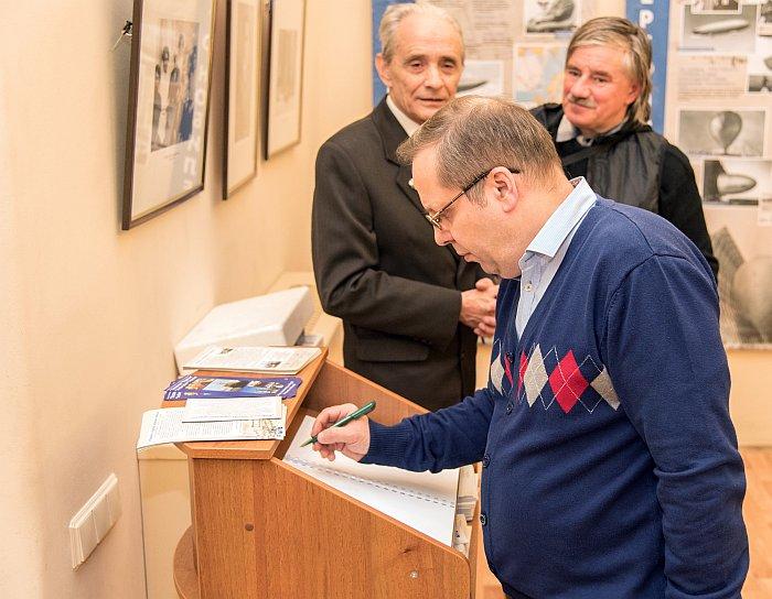 Руководитель Комиссии воздухоплавания РГО В.В. Лебедев оставляет памятную запись в книге почётных гостей. Фото В.Ю. Замятина.