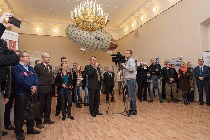 Открытие выставки вызвало большой интерес, в т.ч. и у TV. Фото В.Ю. Замятина.