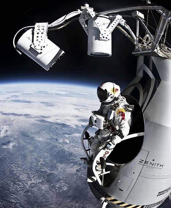 Исторический прыжок Ф. Баумгартнера снимался с самых разных сторон. Фото из интернета