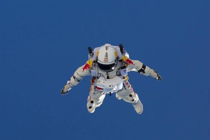 Ф. Баумгартнер во время тренировочного прыжка, каждый из которых приближал его к Истории. Фото из интернета