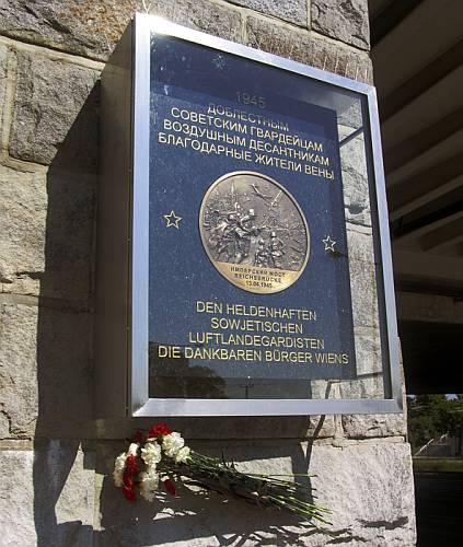 Мемориальная доска на Имперском мосту через Дунай
