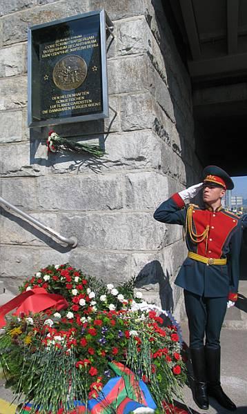 Воин знамённой группы МО РФ при открытии Мемориальной доски на Имперском мосту в Вене