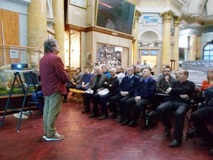 Центральный зал музея был заполнен гостями нашего заседания и членами Секции истории авиации и космонавтики СПбФ ИИЕТ РАН. Вего присутствовало 58 человек.