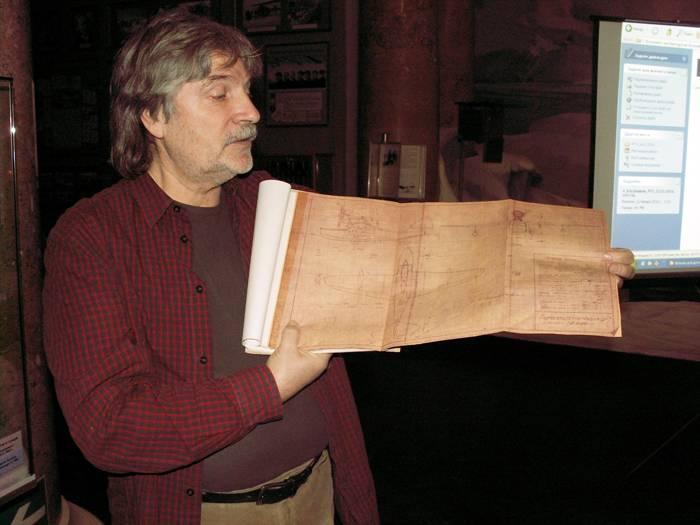 А.А. Селезнёв демонстрирует подлинные чертежи Ш-2.