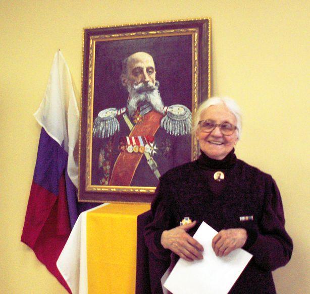 Внучка А.М. Кованько - Елизавета Евгеньевна Сергеева у портрета своего знаменитого деда. Фото В.В. Лебедева.