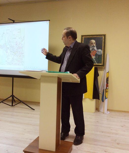Виталий Лебедев во время доклада в Гатчине