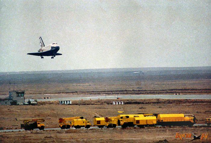 Фото Бурана заходящего на посадку