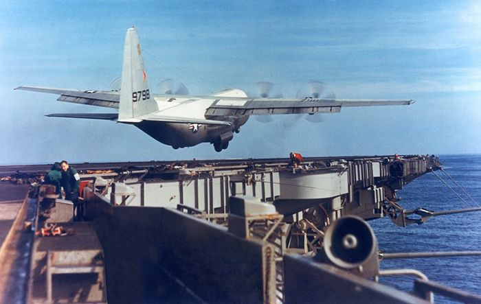 Самолет Геркулес KC-130F над палубой