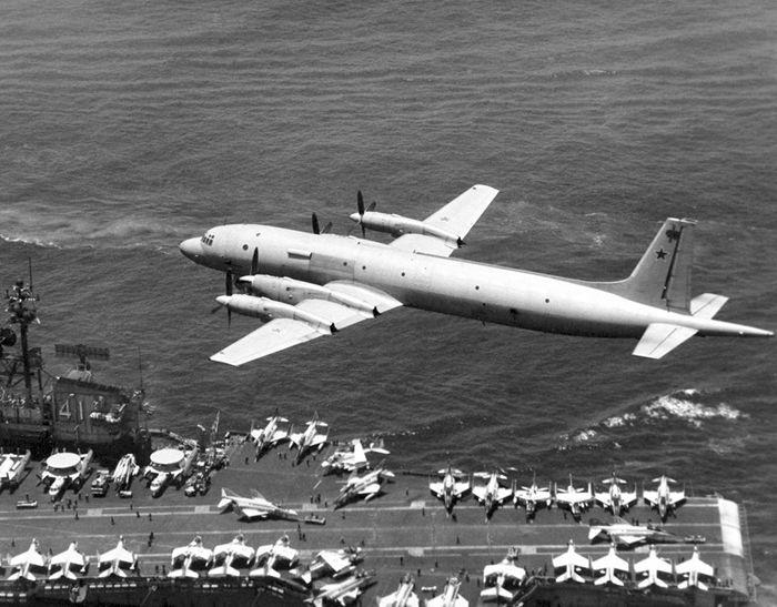 Советский противолодочный самолёт Ил-38 рад палубой американского авианосца «Мидуэй» (USS Midway (CV 41))
