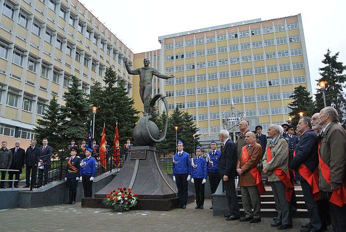 Фото памятника Ю.А. Гагарину в Ижевске