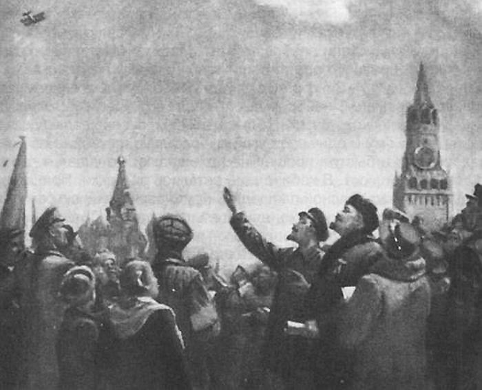 Ленин на красной площади наблюдает за аэропланом