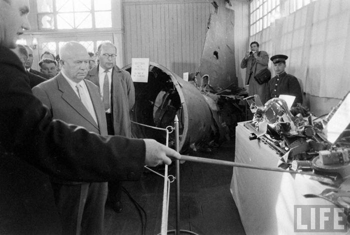 Н.С. Хрущёв осматривает останки американского разведчика U-2 конструкции компании Lockheed, выставленные на всеобщее обозрение в ЦПКиО имени Горького в Москве. Фото  журнала Life (США).