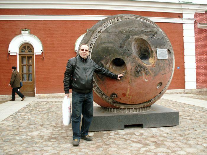 Быть рядом и не дотронуться до космической реликвии невозможно. В.В. Лебедев у спускаемого аппарата космического фоторазведчика. Фото М.Н. Охочинского