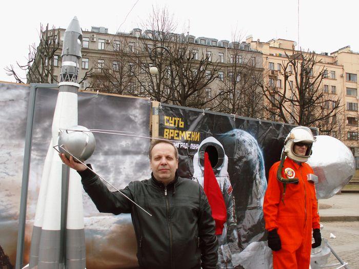 В этот день у каждого была возможность запустить на орбиту свой спутник. В.В. Лебедев тоже воспользовался этой возможностью. Фото М.Н. Охочинского.
