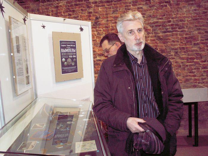 Космический коллекционер и автор выставки Геннадий Аронович Плискин. Фото В.В. Лебедева