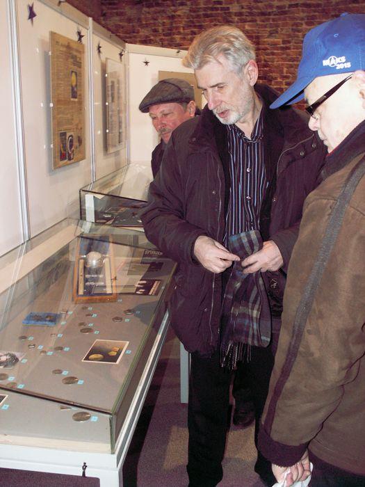 Экскурсию по выставке и рассказы об экспонатах делал для нас сам её автор. Фото В.В. Лебедева