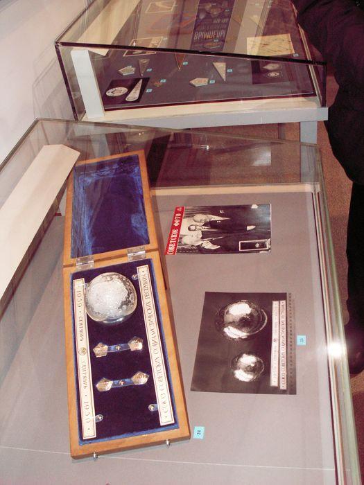 """Такой же подарок из рук Н. С. Хрущёва в 1959 г. получил президент США Д. Эйзенхауэр с копией вымпела """"Луны-2"""", доставленного на Луну за день до этого. Фото В.В. Лебедева"""