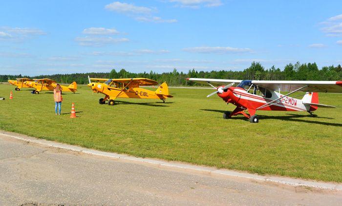 Первые минуты пребывания на российской земле 23 мая 2016 г. Самолёты Piper PA-18 производства фирмы Pi¬per Lock Haven (США) на аэродроме «Середка», г. Псков. Фото от Житинского.