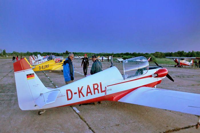 Вечер 23 мая 2016 г. на аэродроме «Кречевицы», г. Великий Новгород. Первый лётный день над Россией закончился. Фото А.А. Кочевника.