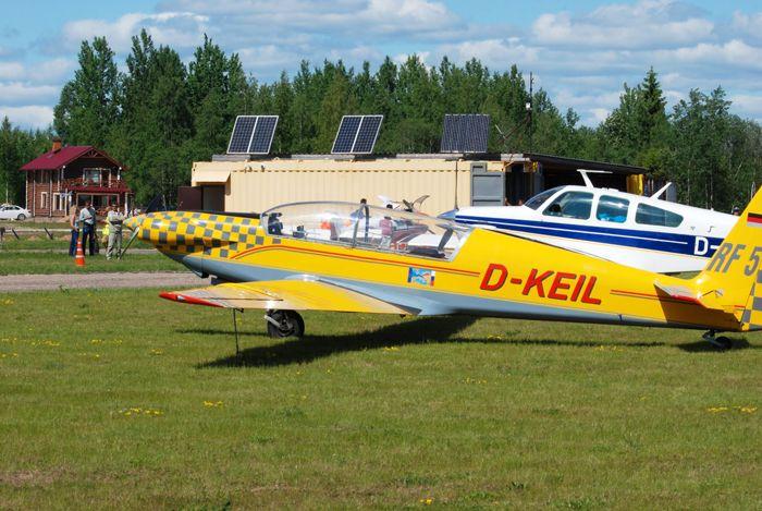 Двухместный мотопланёр Fournier RF5 (регистр. № D-KEIL) на аэродроме «Середка», г.Псков. Пилот Свен Русс По. Фото от Житинского.