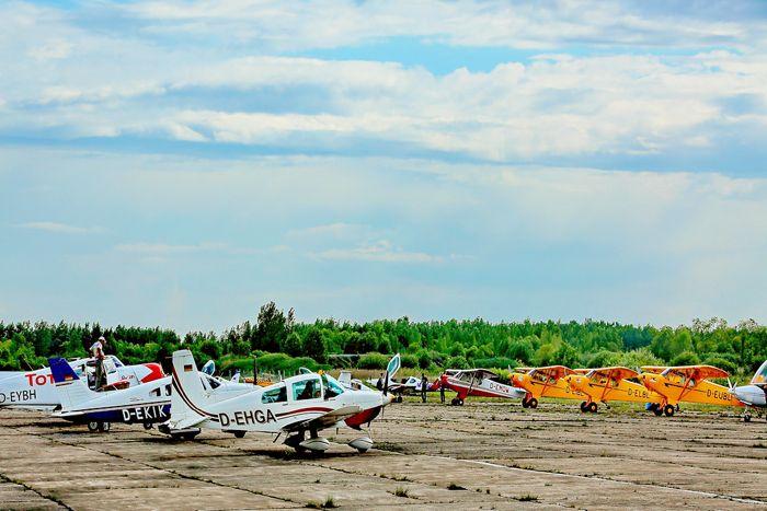 Все в сборе (аэродром «Кречевицы», г. Вел. Новгород). Завтра летим в С.-Петербург. 1-й в ряду слева стоит Grumman Tiger (регистр. № D-EHGA), экипаж: пилот – Георг Рудольф, штурман – Диана Рудольф (Германия). За ним, 2-й слева – Piper PA-28-181 Archer 2 (регистр. № D-EKIK), экипаж: пилот – Хуберт Затцгер, 2-й пилот – Детлоф Шульц-Меркель (Австрия). Фото А.А. Кочевника.
