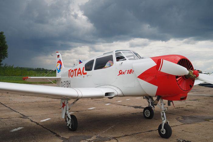 Всё же самым большим самолётом в перелёте стал легендарный Як-18Т (D-EYBH), принадлежавший Хорсту Брауну (Германия). 2-м пилотом у него был Стефан Порт. Фото от Житинского.