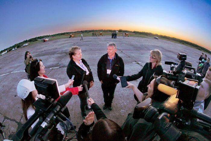 Фото Вечерние интервью для СМИ на аэродроме «Кречевицы»