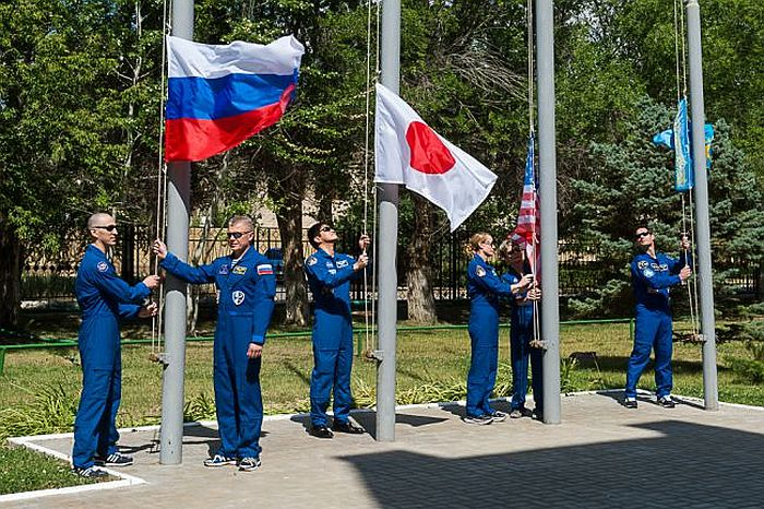 Фото церемонии поднятия флага космическими экипажами