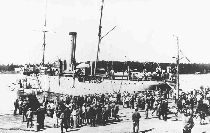 Подводные лодки у борта транспорта «Хабаровск». Фото предоставлено Н.Н. Афониным.