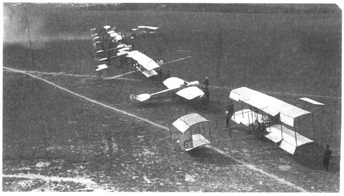 Аэропланы на лётном поле